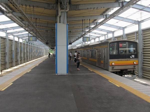 南多摩駅高架ホームに到着する川崎行き快速。今年3月のダイヤ改正より南武線では快速運転の区間が稲城長沼以東に延長された。