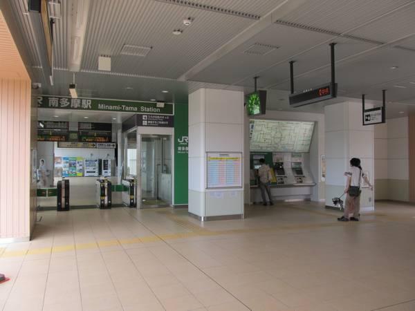 2013年8月に高架下に移転した改札口。稲城長沼駅と基本的なデザインに差は無い。