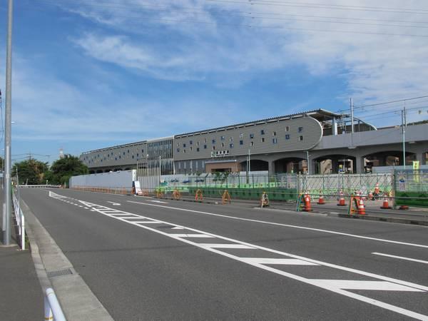 北側を通る道路上から見た南多摩駅の全景。手前の工事資材置場は今後駅前広場になる。