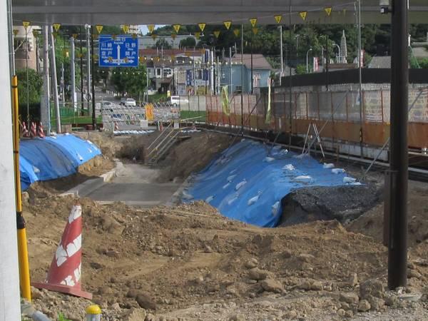 立川方のアーチ橋の下では地中に残っていた谷戸川の旧流路を撤去して道路を4車線化する工事が行われている。