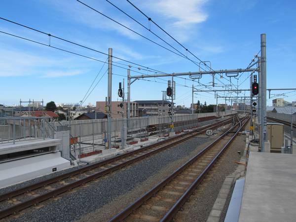 ホーム端から川崎方面を見る。未完成の1番線の出発信号機も設置済み。