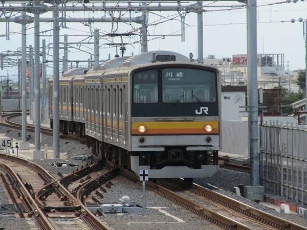 立川方面から身をくねらせながら2番線に進入する上り列車。