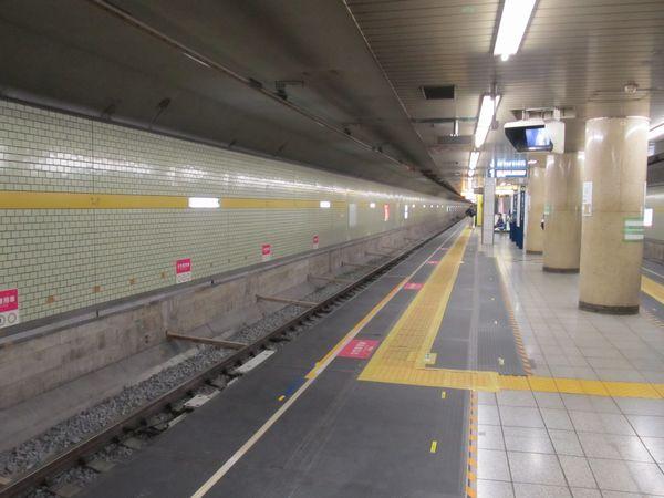 トンネル外側に軌道が移設され、ホームの一部が拡幅されたた千川駅。