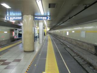 床面がゴムマットに置き換えられ、若干拡幅されたB線側(2番線)