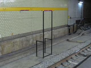 軌道の移設に伴い新設された停止位置目標。赤は東京メトロ車用、青は西武・東武車用。