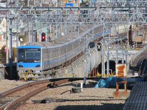 梅ヶ丘駅から地下に向けて急角度で下る線路