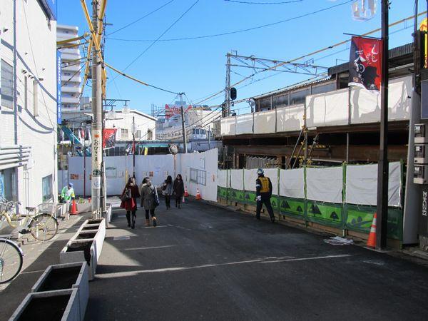 右側に見えるのが井の頭線ホーム。新北口改札は突き当りの白い囲いの部分に設置される。