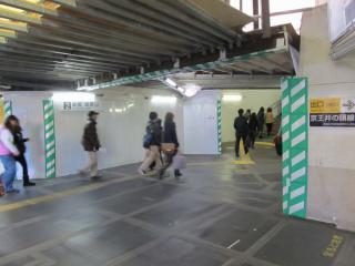 12月に移設された小田急上り~井の頭線ホームの連絡通路。