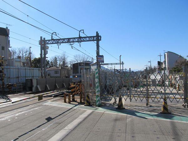 世田谷代田駅の先ではアンダーパスで立体化済みの環状7号線と交差する。