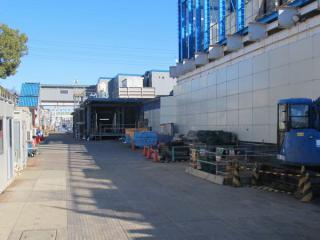 梅ヶ丘駅側の踏切付近から線路北側の工事スペースを見る。中央に地下へ通じる階段がある。