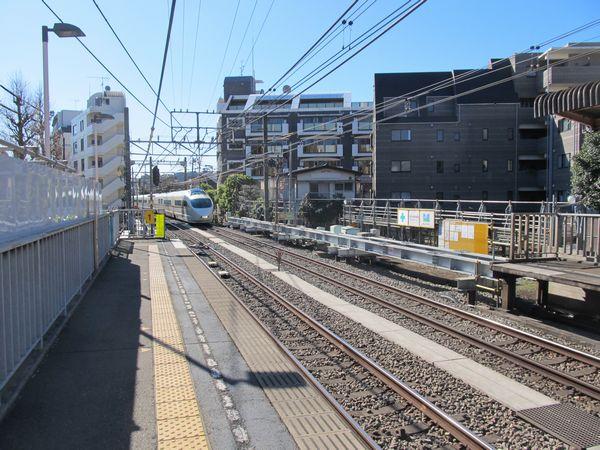 ホーム延長工事が進む参宮橋駅
