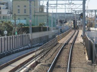 トンネル入口から先は架線や信号設備の設置も完了している。