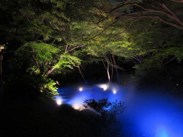 水香江(すいこうのえ)のライトアップ。時折このようにスモークが噴き出し、水流を再現している。