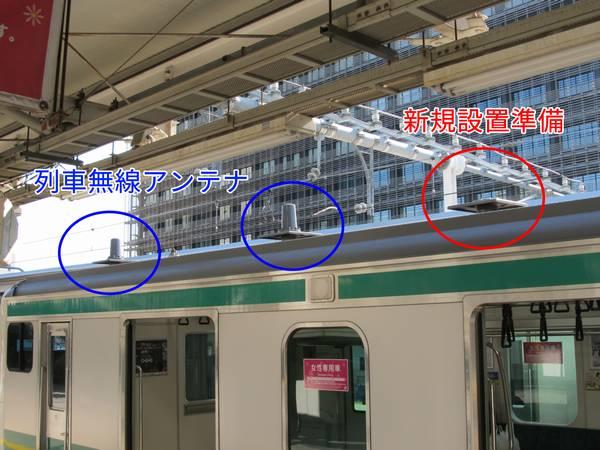先頭部の屋根には列車無線用アンテナ2本に加えて増設用の台座が1箇所設置されている。