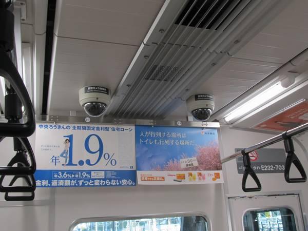 1号車車内の天井には痴漢対策として防犯カメラが設置されている。