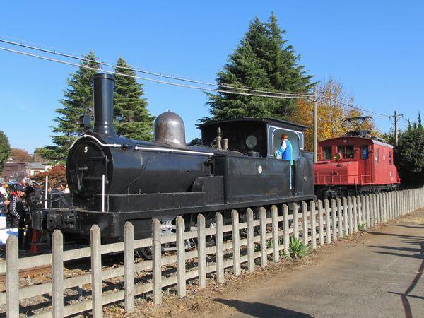 修復された保谷車両基地の5号蒸気機関車とE11形電気機関車。