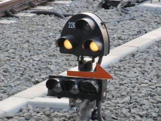 上り緩行線(3番線)の入換信号機。未完成の1本(7番線)の表示灯は黒いビニールで隠蔽されている。