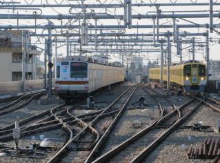 東京メトロ7000系は旧下り線を流用した引上げ線(5番線)に停車中。