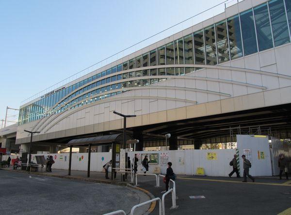 北口から見た石神井公園駅の駅舎。今後は高架下に駅前広場が拡張される予定。