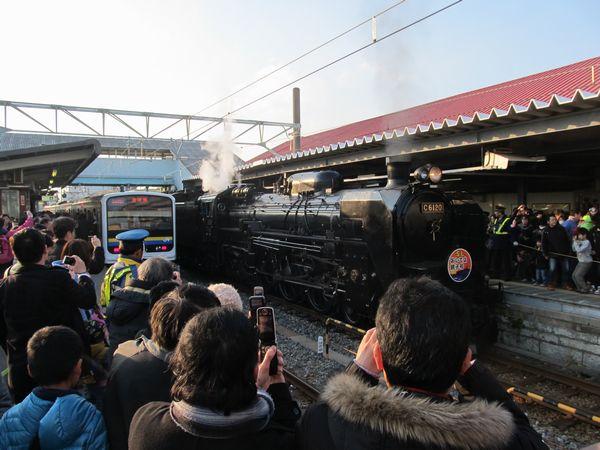 銚子駅到着後留置線に引き上げるのを待っている「SLおいでよ銚子号」。携帯電話のカメラの普及率の高さをうかがわせる光景。