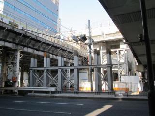 靖国通りの中央分離帯には走行用ガーターを支えるための架設の支柱の設置が始まっていた。