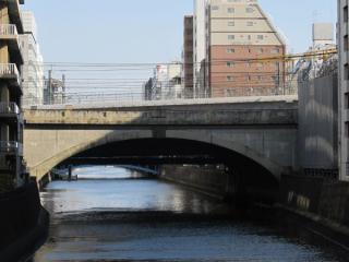神田川との交差地点。アーチ橋の上にわずかに見える斜めの部分が縦貫線の高架橋。