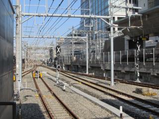東京駅東海道線ホーム上野方。9・10番線側は出発信号機が付いた。