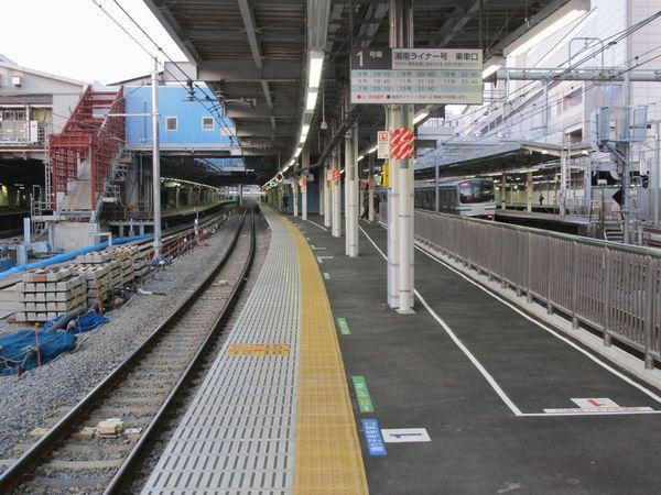 東海道線下り11・12番線ホーム。左の9・10番線ホームでは階段の増設中。