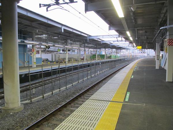 10番線(奥)は再び使用停止となっており11番線(手前)との間に柵が設置された。