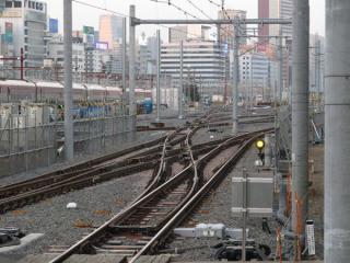 新車両基地の軌道敷設は概ね完了し、架線の設置が開始されている。