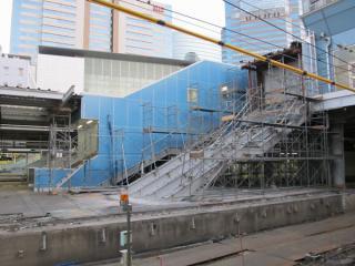 北通路に上がる古い階段も取り壊し中。