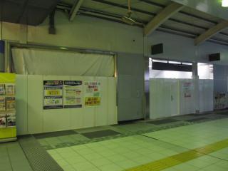 同じ階段を橋上駅舎内から見たところ。左が撤去中の階段。