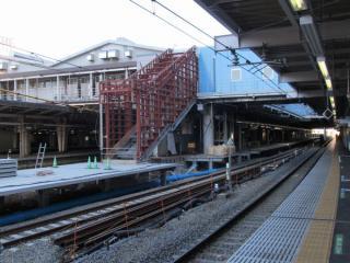 9・10番線横浜寄りで新設中の階段。