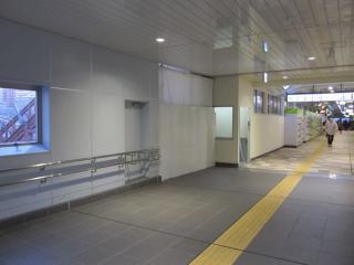 新設中の階段の橋上駅舎内側。暫定的に荷物用エレベータが設置されている。