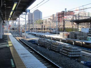 橋上駅舎から改築中の9・10番線ホーム横浜寄りを見る。