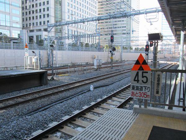 東海道線・横須賀線ホームの横浜寄りの端には徐行予告信号機が設置されている。