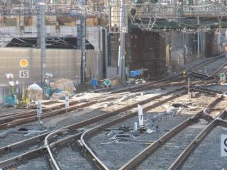 横須賀線下り本線に新設中の渡り線②。奥の東海道線につながる連絡線は撤去され、代わりに渡り線③が設置される。