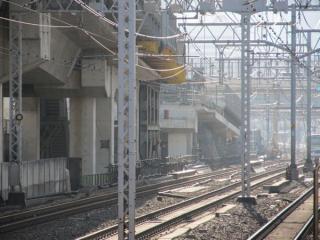 神田駅のホーム端から駅間にある作業台を見る。以前より資材の量は減少している。