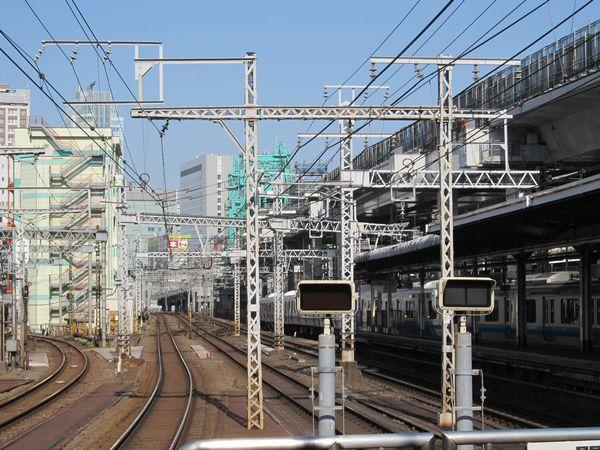 神田駅から高架橋の建設作業を見る。