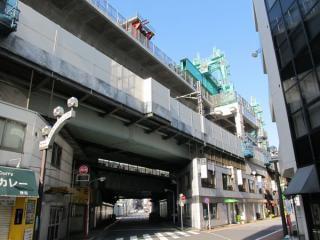 高架下から高架橋の建設作業を見る。桁の降下が完了したところ。