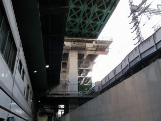 架設機の先端がいよいよ靖国通り付近の橋台に到達した。