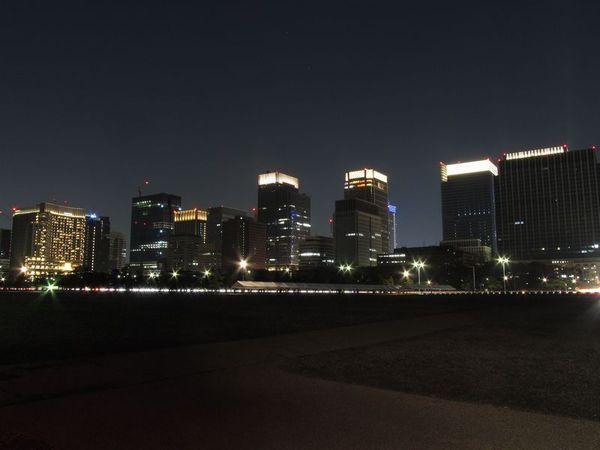 【クリックで拡大】皇居前広場から丸の内の高層ビル群を見る。各建物の最上部はキャンドルのような装飾が施されている。