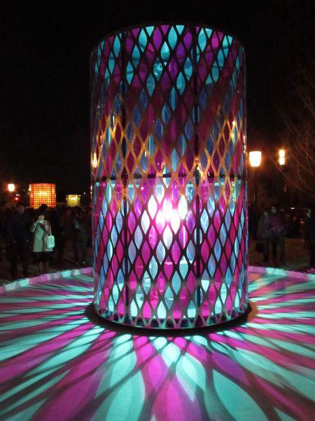 網目状のオブジェの内部に上下に動く照明が入っており、オブジェ周囲の影が万華鏡のように変化する。