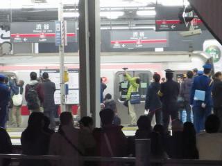 拍手と歓声の中、横浜方面へ向かって動き出した回送列車。