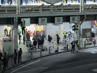 回送列車発車直後、1階南口前では駅入口看板を塗り潰す作業が開始された。