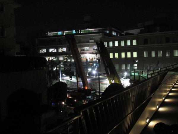 代官山駅に隣接する複合施設「代官山アドレス」の2階から待機中のクレーン車を見る。