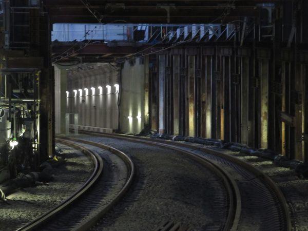 持ち上げられた軌道桁の奥にある地下線トンネル坑口。坑口の真上が廃止された渋谷1号踏切。