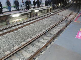 ホーム渋谷方の線路はバラスト軌道。急カーブのため幅広の強化型まくらぎを使用している。