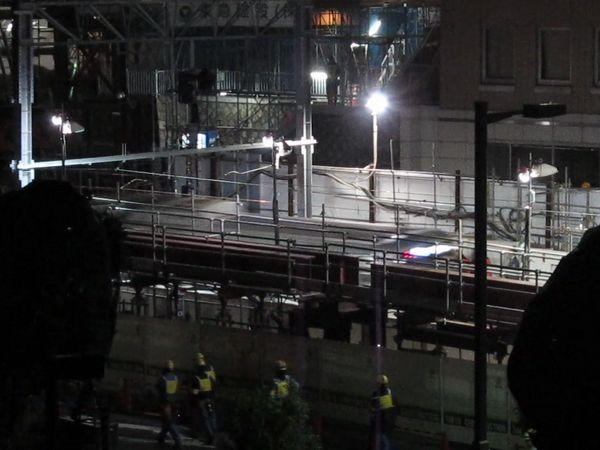 5:06、定刻より約4分遅れで下り営業初列車が代官山駅に到着。