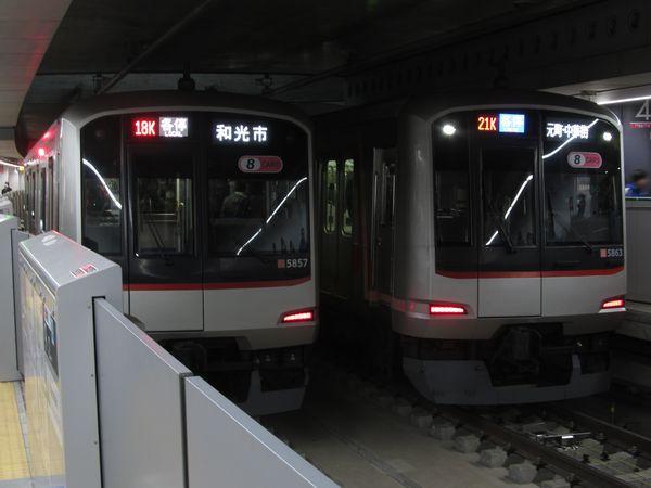 副都心線渋谷駅で並ぶ「和光市行き」と「元町・中華街行き」の東急5050系